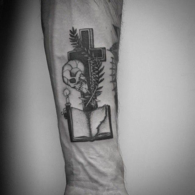 Cool blackwork tattoo by Matthew Talley... #blackwork #matthewtalley #cross #skull