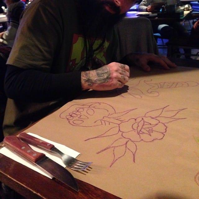 Em sua recente passagem pelo Peru, ele não deixa de ter inspiração e desenhas nem nos restaurantes! Sorte do garçom que levou pra casa o papel!