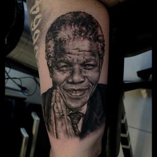 You can also pay a tribute to Africa with one of its most famous heroe, Nelson Mandela. Here by Sergey Gas.