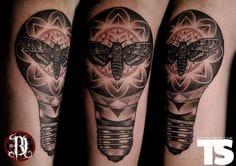 Tatuaje Polilla Bulbo por David Rudziński
