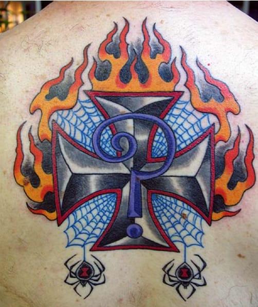 Tatuaje clásico de Iron Cross que se ve en muchos motociclistas integrado con el logotipo de Indian Larry.  Imagen cortesía de indianlarry.com