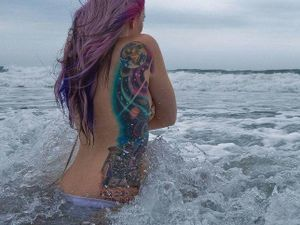 Pretty sidepiece, the hair is matching the tattoo's colors!