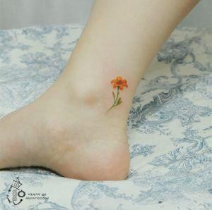 Tiny flower tattoo by Silo. Photo: Instagram.