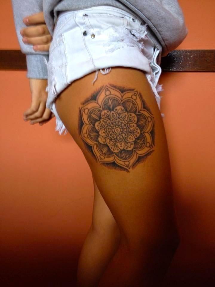 Mandala thigh tattoos work beautifully with her darker skin tone. #mandala #goemtric #thightattoo #thigh