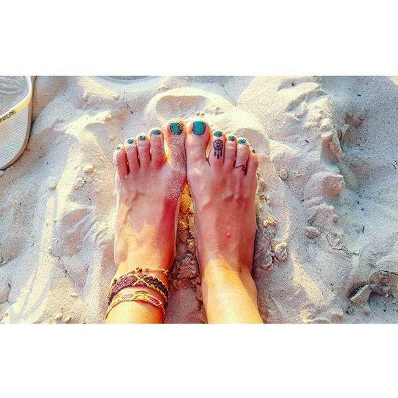 Adorable toe dreamcatcher via Instagram @ljoness #toe #dreamcatcher #geometric #tribal #nativeamerican #feathers #blackwork