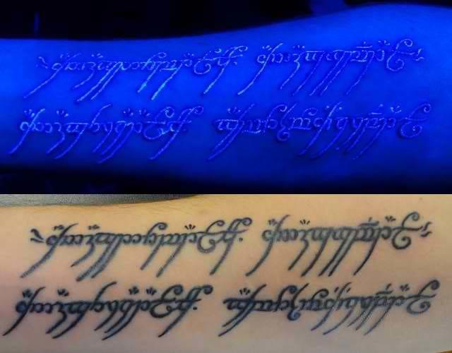 Aquí hay una cita de tatuaje inspirada en El señor de los anillos que brilla bajo una luz negra.  ¡Se ve bien!