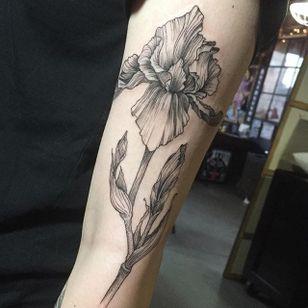 Linework iris tattoo by Maggie Cho. #linework #blackwork #flower #iris #MaggieCho #floral