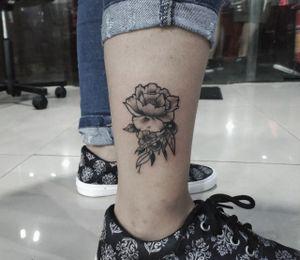 #floraltattoo  #flowertattoo #flor #tattoo2me  #fineline #finelinetattoo #mariana #marianasilenzi #silenzitattoo #pinksidetattoo #vilaprudente