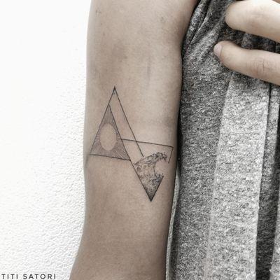 Geometric fineline work . . . . .#titisatori_tattoo #tattrx #tattoo #tattoosketch #barcelonatattoo #artofblack #QTTR #finelinetattoo #ink #lovettt #qpocttt #wave #lineworktattoo #tattoocanarias #berntattoo #freelove #londontattoos #txttoo #flowers #blkttt #contemporarytattooing #inked #ttt #tttism #delicatetattoo #txttoo #skindeep #blxckink #berlintattoo #singleneedle