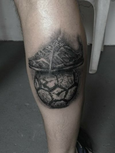 Tatuaje para recordar la infancia, rompiendo zapatillas y jugando todo el dia a la pelota #potrero #fultbol #tattooconvention #tattoofutbol #infanciatattoo #tatuajefutbol #potreroargentino #argentinatattoo #buenosairestattoo #zapatillasrotas #footballtattoo #football #tatuajerealista #blackandgreytattoo #realismtattoo #tatuaje #tattoo