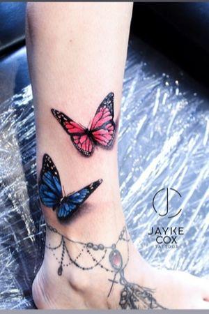 'Sweet efforts are better than sweet words.' Sue came by and added these 3D butterflies to her leg sleeve 🦋🦋 Sponsored by @tattoobuzzbalm 🐝 done with @ezcartridgecouk @nocturnaltattooink @stencilanchored • #jaykecoxtattoos #diamonddozentattoo #butterflytattoo #lineworktattoo #flowertattoo . . . . . #tattoos #ink #linework #darwen #inkmagazine #tattooart #radtattoos #artist #tattoolife #newink  #blackburn #lancashire #tattooedannaked  #tattooing #blacktattoomag #inked #skinartmag #blackwork #blackandwhite  #silverbackink #blackworktattoo #skinartmag #thebesttattooartists #blackandgreytattoo #blackworktattoo • @barber_dts @bnginksociety @tattoolanduk @uktta @tattooculturemagazine @inkcoholics @inksav @inkjunkeyz @silverbackink @skinart_mag @supuerb_tattoos @bnginksociety @inteeze @globaltattoomag @tattoolifemagazine @tattoo_art_worldwide @clean.ink @lifeinked @tattoos_black_and_gray @tattoomad @support_good_tattooing_uk @inked_artists_ @undertheskintattoomagazine @tattooculturemagazine @superb_tattoos