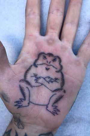 Little palm kaeru! #kaeru #japanesefrog #luckycharm #japanesetattoo #japnesetattoos #irezumi #jfztattoo #LAtattooer #nyctattoo #palmtattoo #palmtattoos