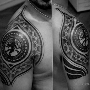 Artist unknown #shivatattoo #Shiva #hindutattoo #honeycomb  #hindu #shouldertattoo #shoulderpiece #blackink #blackandgreytattoo #blackwork