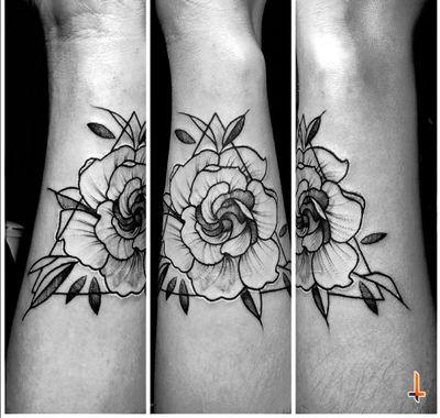 Nº687 #tattoo #tattooed #ink #inked #coverup #blastover #blastovertattoo #girlswithtattoos #gardenia #gardeniatattoo #flower #floral #triangle #stencilstuff #eztattooing #ezcartridges #hawkpen #dynamicink #dynamiccolor #bylazlodasilva