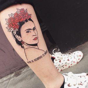 Frida tattoo by Loren Crawley #lorencrawley #FridaKahlotattoos #color #fineart #FridaKahlo #nature #surrealist #flowers #roses #leaves #painter #femaleartist #portrait #text #Spanish #quote