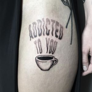 Addicted to you. Tattoo by collaboration: Julim Rosa and Laura Lesser #JulimRosa #LauraLesser #coffeetattoos #coffee #blackwork #coffeecup #text #dotwork #illustrative #font #caffeine #cup