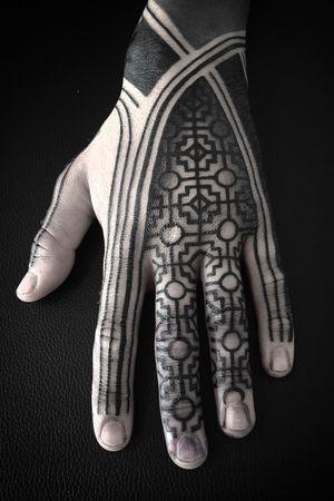 Geometric hand - For bookings : info@diamantemurru.com