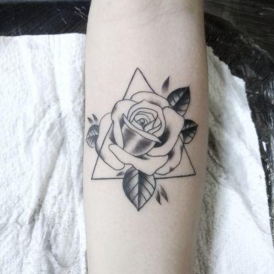 Instagram:@trutatattoostudio #trutatattoostudio #rose #tattoorose #tattooflower #flower #tattoedgirl #TattooGirl #trutatattoostudio #blackandgrey #blackAndWhite #delicatetattoo #delicate #triangle #tatuagemfeminina #tatuagemdelicada #tatuagemrosa #rosa #ink #blackworktattoo