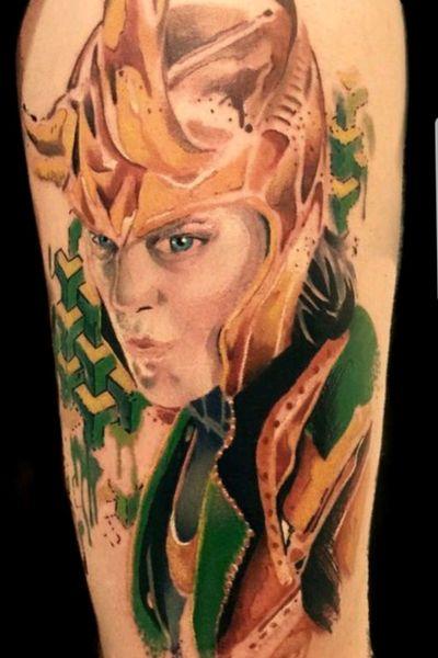 Tatuagem realizada na convenção: Tattoo Fair - Franca SP #watercolortattoos #watercolortattoo #watercolor #MarvelTattoos #MarvelTattoo #loki #thor