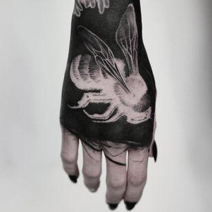 Blackwork and bees. Tattoo by Timur Lysenko #TimurLysenko #blackandgreytattoos #bee #insect #blackwork #blackfill #handtattoo #illustrative #linework #fineline #wings #xray
