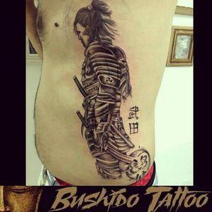 """Da Menor a Maior Gratidão em Fazer Parte de Cada História e Cada Homenagem envolvida em Nossas Tatuagens... Especialista em Tatuagens Delicadas, Tatuagens Femininas Traços Finos/FineLine Escristas/Caligraphy - Tatuagem de Samurai/Warrior Stylizada com Daruma/Kanji Desenho Por, @araninchaves em @bushidotattoobr . Line Work - Sky Line - Tatuagem - Fine Line/LinhaFina - Samurai/Warrior - BlackAndGrey - Com Escrita/Caligraphy - Kanji e Daruma Obg Pela Confiança em Nosso Trabalho...😷✍🙏🙌👺 . Quer uma Arte Exclusiva Chama No Whatsapp do Estúdio 👇👇 Agendamento&Orçamentos Somente Pelo Whatsapp do Estúdio 📲 +5517991218074... . """"Tatuagem Também é Cultura, Amor & Art."""" . 🇧🇷BUSHIDO TATTOO 🇧🇷 #BushidoTattooBr #AraninChaves #Tatuadora #sjrp #sjriopreto #riopreto #riopretotattoo #tattooriopreto #tatuagemriopreto #riopretotatuagem #saojosedoriopreto #Tattooja #TopDasTattoos #TattooSocial #Dreamstatto #Ornamental #tatuagem #tatuagemideal #BlackWork #LinerWork #CaligraphyTattoo #TraçosFinos #DotWork #Tattoodo #lineworktattoo #fineliner #BlackAndGrey #Samurai #Daruma #Kanji . 🏯 BUSHIDO TATTOO 🏯 São José do Rio Preto-SP R: Dr Luiz Américo de Freitas n° 504 Sala3 Bairro: Vila Ercília Whats: 📲 +55 17 991218074 . 👉Curta 👉Like Nossa Pagina no Face... 💻 facebook.com/bushidotattoobr 👉Follow 👉Siga 👉Instagram.... 📷 instagram.com/bushidotattoobr"""