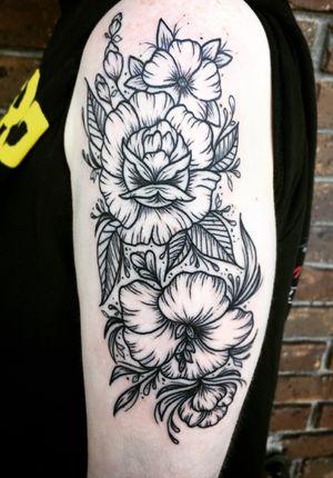🖤 #flowertattoo #blacktattoo #lineworktattoo #black #flower #floral #floraltattoo #blackwork #nashville #monolithtattooco #tattoo #tattooartist #customtattoo