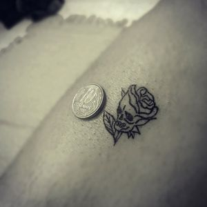 #minimaltattoo #minimaltattoo #rose #rosas #craneflower