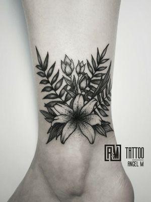 Flowers mix by @angelmetall ___________ #am_tattoo #blackink #minitattoo #blackinktattoo #ta2 #legtattoo #linework #blacktattoo #tats #toptattoos #toptattooartist #besttattoos #blackflowertattoo #lilies #palmtattoo
