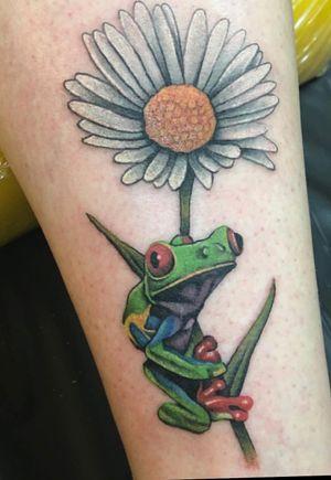 Tree frog and daisy tattoo #color #flower #frog #femaletattooartist