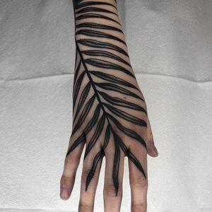 Tattoo by Tine Defiore #TineDefiore #favoritetattoos #blackwork #linework #dotwork #leaves #plant #nature #handtattoo #leaf