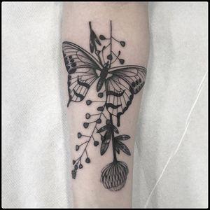 #totemica #tunguska #black #butterfly #flowers #entomology #botanic #tattoo #hardtimestattoo #torino #italy #blacktattooart #tattoolifemagazine #tattoodo #blackworkers #blackwork