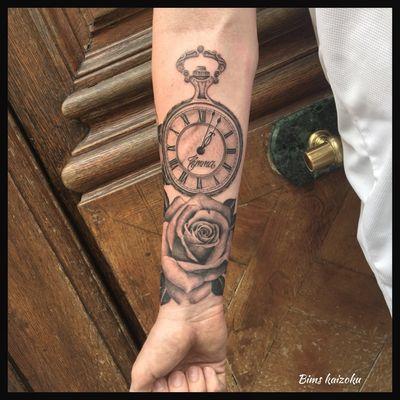 Commencement du bras ,j'ai trop hâte de finir😊😊😊😊 vous en penssez koi?🤘😊😊😊😊 #bims #bimstattoo #bimskaizoku #paristattoo #paris #paname #pocketwatch #rose #flowers #montre #gousset #blackandgrey #realistictattoo #name #tatts #tattoo #tatted #tattrx #tattoos #tatto #tattooed #tattooer #tattoodo #tattooist #tattooing #tattoist #tattoostyle #tattoolifestyle #tattooartistmagazine