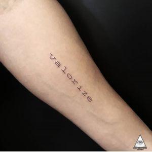 Aquele trampo que faz a gente até ficar vesgo. VALORIZE  Contatos: 11 55 9.9377-6985 E-mail: ericskavinsk@gmail.com  . . #ericskavinsktattoo #valorize #finelinetattoo #linhafina #tattooescrita #tracosfinos #inked #tattoowork #tatuador #graphictattoo #electrickinkpen #electrickinkbr #electrickink #tattoodoapp #tattoodo #tattoodobr #extremeskincare #smalltattoos