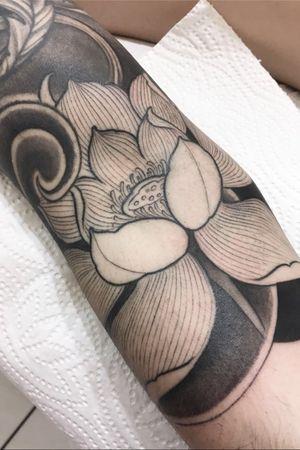 #tattooartist #tattooart #inked #switzerland #japanese #japanesetattoo #flower #lotus #lotustattoo #blackandgrey #inkvaders #switzerland #tattoooftheday #besttattoos #tatouage