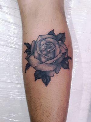 Rosa autoral no estilo black and gray feita em 2hs