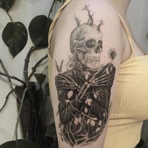 Tattoo by The.Hanged #thehanged #besttattoos #illustrative #blackandgrey #ivy #leaves #plant #skeleton #skull #death #life #rose #nature #butterfly #flower #floral