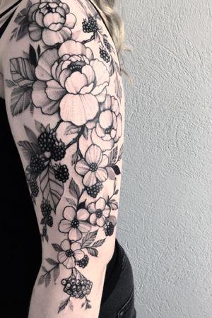 Floral tattoo #blackberry #blackandgrey #blackwork #wipshading #tattooart #flower #flowers #girl #ink #inked #art #blacktattoo