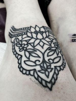 . . #tattooart #tattooartist #flowertattoo #flower #tattooeurope #tattooculture #tattooukraine #tattooodessa #tattoovienna #tattooberlin #graphictattoo #minimaltattoo #flowerstattoo #mandalatattoo