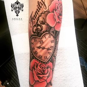 By @argaa #sweden #stockholm #clock #rose #redandblack #family