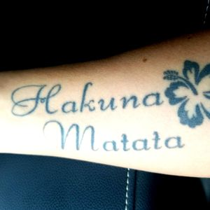#forearm #hakunamatata #forearmtattoo #hakunamatatatattoo #hibiscustattoo