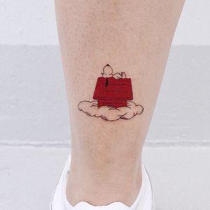 Tattoo by Log Tattoo #LogTattoo #SnoopyTattoos #Snoopy #Peanuts #CharlieBrown #cartoon #dog #vintage #house #cloud #smile #happy