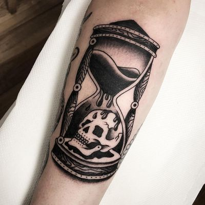 Tattoo by Matteo Galliera #matteogalliera #hourglasstattoos #hourglass #time #glass #skull #death #sand #woodgrain #wood