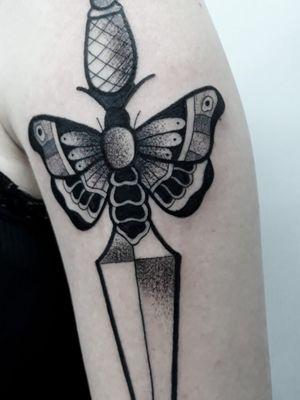 Adaga da minha cliente Giovana! ❤ #tattoostation#thpro#neonpen#bold#boldliner#old#oldschool#oldschooltattoo#tattoo2me#blackwork#blackworktattoo#tattoo2us