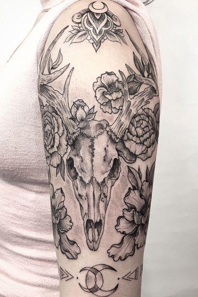 Deer skull #blackwork #blackworktattoo #skull #deer #botanical #floral #stippling #linework #dotwork #dotworktattoo #newyork #nyctattoo #flower