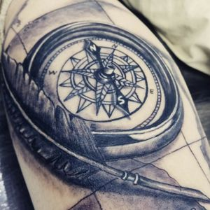 Un simbolo que nos asegura volver a casa sanos y salvos.  #tatuajedepluma #tatuajebrujula. #brujulatattoo #mapstattoo #feathertattoo #compasstattoo #blackangreytattoo #pereiraink #tatuadorascolombianas
