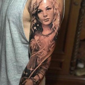 Tattoo by Teneile Napoli #TeneileNapoli #GarageInkManor #Australia #blackandgrey #realism #realistic #portrait #lady #ladyhead #pearls #stars #floral #flowers #sacredheart #heart