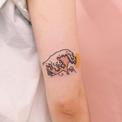 Tattoo by Nawon aka Take My Muse #Nawon #TakeMyMuse #minimalisttattoo #minimal #small #tiny #smalltattoo #simple #waves #Hokusai #wave #boat #sun #ocean #Japanese