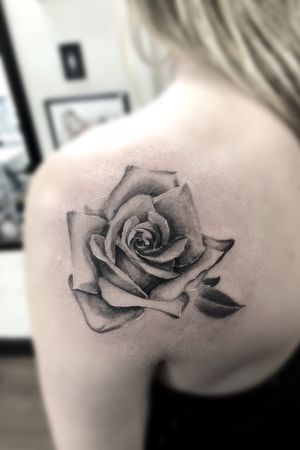 A simple rose for Nicole😎For bookings email me at info@luckyironstattoo.com or call on +45 33 33 72 26. • #tattoo #tattoos #tattooed #tattooedlife #tattooartist #copenhagentattoo #bnginksociety #neotraditional #tattoodo #ztattoo #luckyironstattoo #kakluckytattoos #blxckink #tattooharbour #elitecartridges