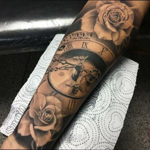 Relógio com rosas.    Intagram:@matsumiromulo