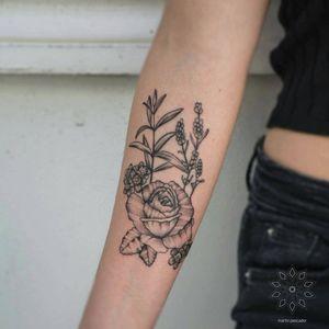 Rosa, no me olvides, cedrón y lavandas para el primer tatuaje de Consuelo! Muchas gracias por la buena onda y confianza! . . . . #tattoo #blackwork #blackworkers #blackink #blxckink #hechoenchile #tattooworkers #blacktattooworld #bishoprotary #chiletatuajes #tattoochileno #onlyblackart #dotworkers #dotwork #chiletatuajes #chile #fineline #rosetattoo #lavender #lavendertattoo #wip #organictattoo #botanicaltattoo